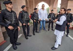 Akhilesh Yadav tweets picture with Great Khali- India Tv