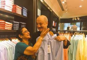 Anupam Kher did this amazing thing for his mother! Have a- India Tv