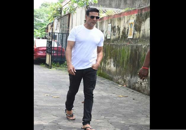 Akshay Kumar attends Shilpa's father funeral to console her.