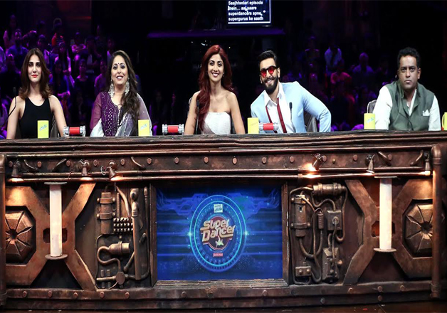 Ranveer and Vaani posed with the judges of 'Super Dancer'. Choreographer Geeta Kapoor, actress Shilpa Shetty Kundra and filmmaker Anurag Basu welcomed the stars with open hearts.