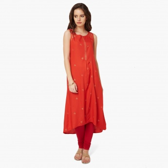 Asymmetric hem: Asymmetric patterns with distinctive cuts have recently become a personal favourite of designers with more and more upcoming artists embracing this style in their new collections. You can team asymmetric kurtis with Patiala, leggings and palazzos for some trendy style.