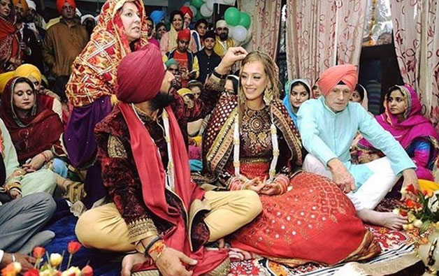 Bride and groom Hazel-Yuvi shared a candid moment post the laavaan phera ceremony at the gurudwara.