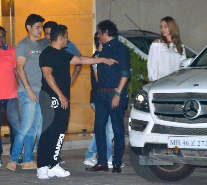 Salman went for a casual and all black look. He is a true gentleman and can be seen escorting Iulia to the car. The superstar is gearing up for the release of his upcoming film Tubelight.