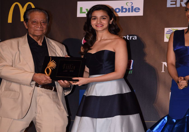 Bollywood actress Alia Bhatt grabbed a lot of attention on Day 1 IIFA 2017 event, when she reached the stage in her black and white off- shoulder attire.