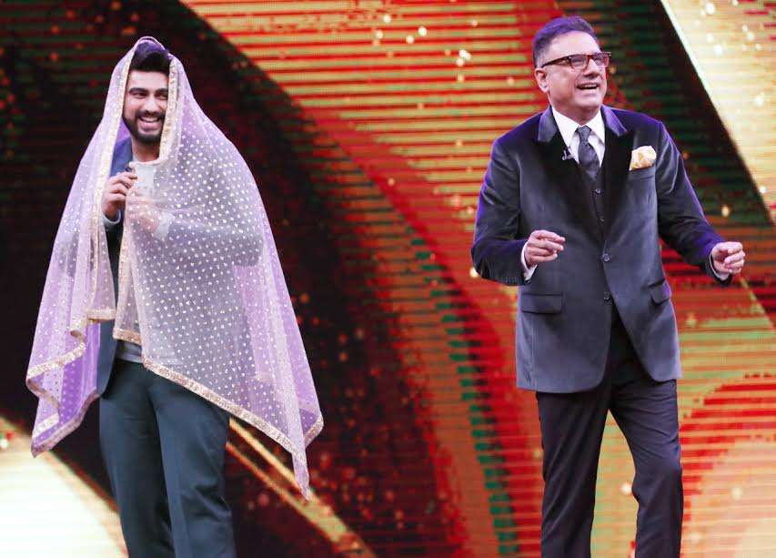In order to make people laugh, the actor used pink dupatta and even Boman couldn't stop himself from laughing. They gave many funny moments to audiences