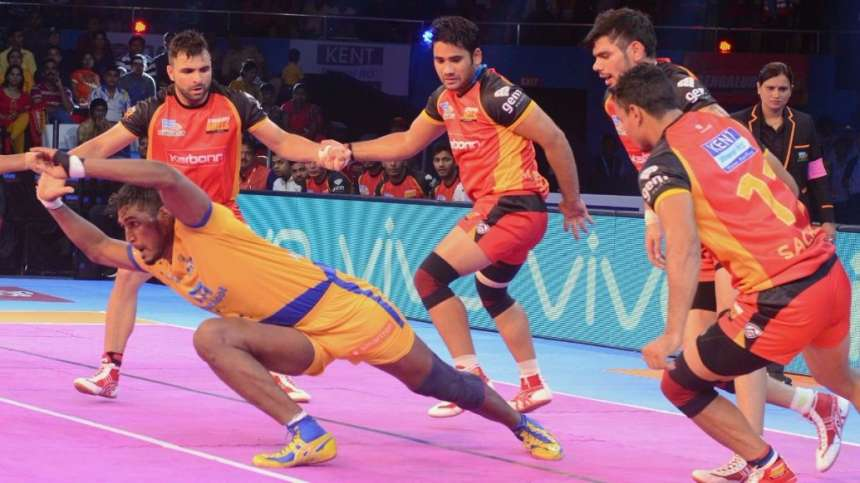 The Tamil raider manages to raid to claim a point for the Thalaivas to edge a point over Bengaluru Bulls.