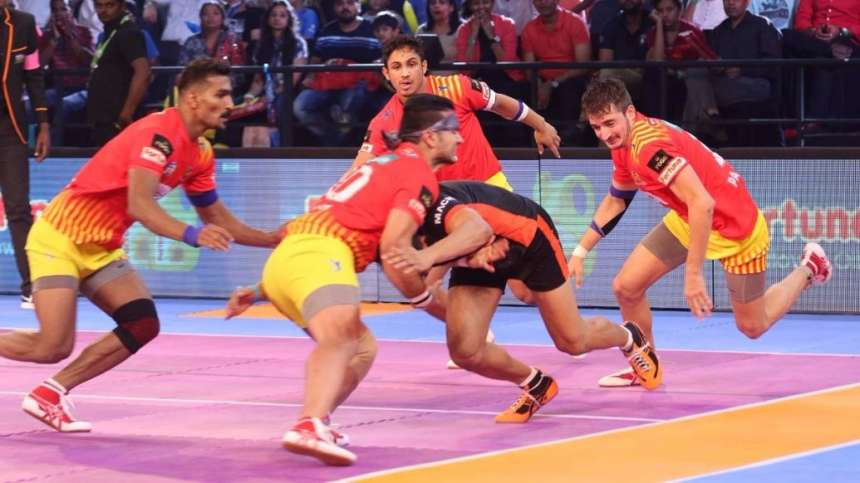 U Mumba'sraider is blocked by the Gujarat Fortunegiant's defence to claim a point.