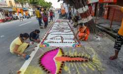 Ayodhya: Children and youngsters make 'rangoli' on the